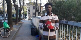 Joseph Okosun, l'immigrato nigeriano che pulisce le strade di Brescia