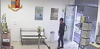 Immagini del rapinatore dai filmati della videosorveglianza dell'ufficio postale