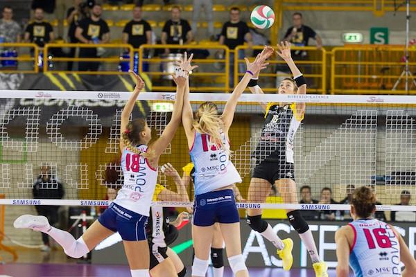Volley Millenium Valsabbina, Veglia prova a superare il muro della Savino del Bene (Foto Roberto Muliere per Rm Sport)