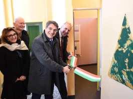 L'inaugurazione dei nuovi bagni della scuola la scuola elementare Bertolotti del quartiere Fornaci, foto da pagina Facebook del sindaco
