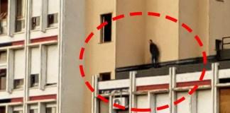 Uomo sorpreso a fare pipì all'aperto in un condominio di Brescia2, foto da Facebook (Raimondo Bruschi)Uomo sorpreso a fare pipì all'aperto in un condominio di Brescia2, foto da Facebook (Raimondo Bruschi)