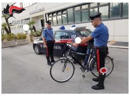 Carabinieri fermano ciclista, foto generica