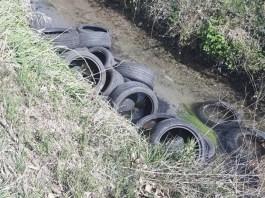 Pneumatici abbandonati in un canale di Torbole Casaglia, foto dal gruppo Facebook Brescia che non vorrei