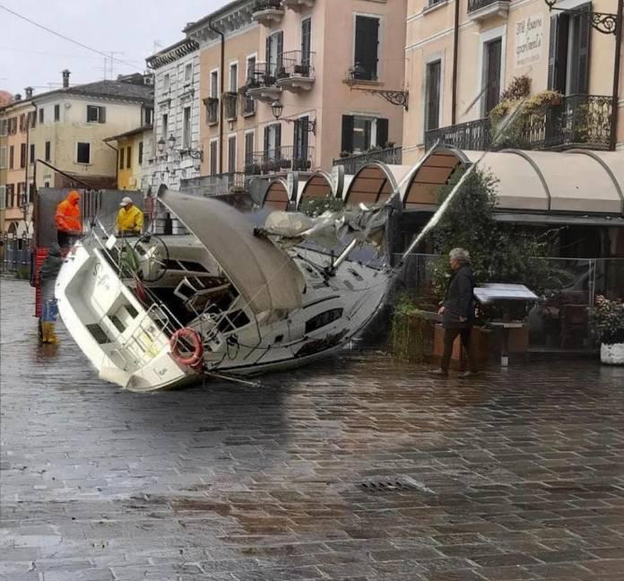 La foto fake sulla barca arenata in piazza Malvezzi di Desenzano che sta circolando in rete