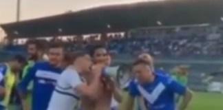 Un frame del video con il coro intonato da alcuni calciatori del Brecia