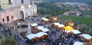 Una veduta aerea di una delle passate edizioni della FIera del Vino di Polpenazze del Garda (Bs), foto da ufficio stampa