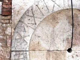 L'orologio in marmo scoperto durante i lavori di restauro del campanile della chiesa di Nuvolera