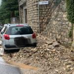 Maltempo, caduta muro in via Santelle - foto da pagina Facebook del comune di Brescia