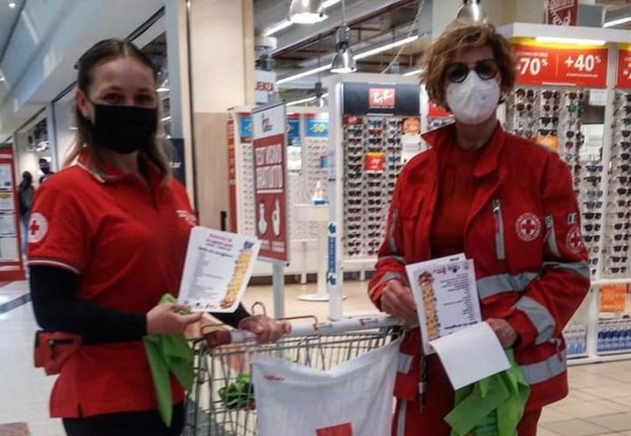 volontarie della Croce Rossa impegnate ieri nella raccolta viveri al Leone di Lonato - foto da ufficio stampa