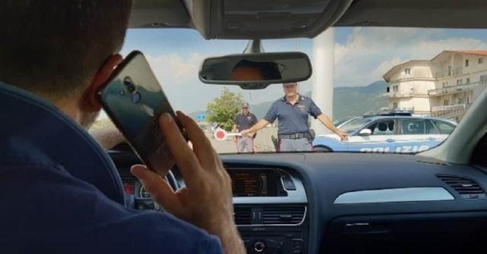 Uso di cellulare alla guida - foto polizia Brescia