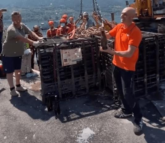 Il brindisi al termine del recupero delle bottiglie dal lago d'iseo