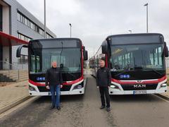 Der BSVG-Geschäftsführer Jörg Reincke und Frank Flake, Vorsitzender des Aufsichtsrats der BSVG, stellen die neuen Busse vor.
