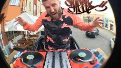 Photo of DJ FEEL-X za dekami nuty lecą głośnikami…