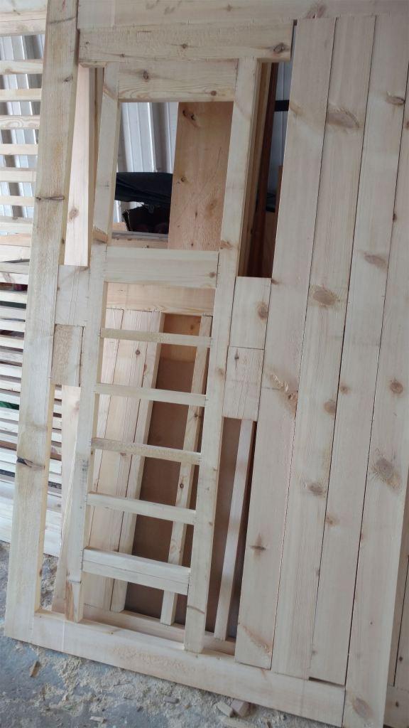 الهيكل الخشبي لجهة الباب من الاستديو
