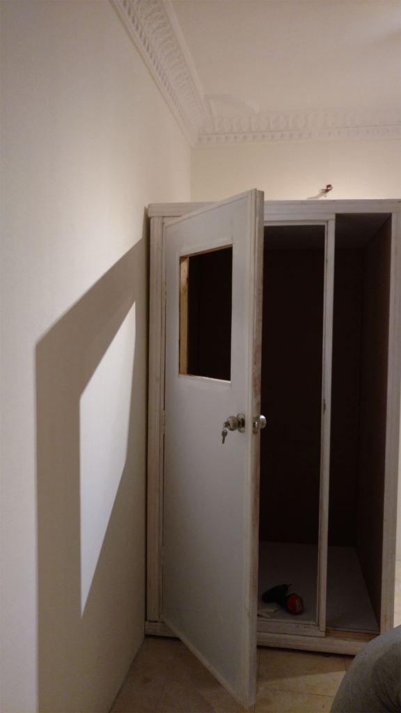 الاستديو بعد تجميع الأجزاء وتركيب الباب