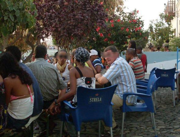 bar com turistas estrangeiros e moças locais. Ilha do Fogo, 2009