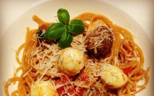 Retete Culinare - Spaghete Caprese cu Mini- chiftele