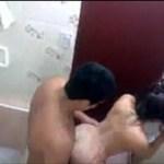 Novinha pelada transando no banheiro no motel