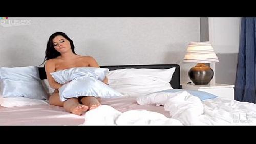 Morena muito gostosa no quarto se masturbando