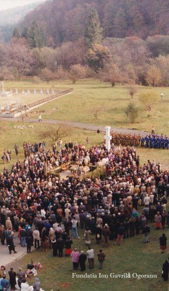 sambata 2005 2 marcat 348x600 - La Mănăstirea Sâmbăta de Sus au fost comemorați luptătorii anticomunist făgărășeni