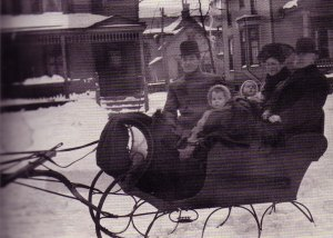 Sherwood Anderson with his wife, children, and father-in-law in 1909.