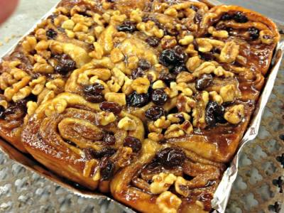 Cinnamon buns with raisins and nuts