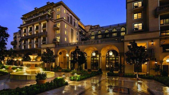 Unul dintre numeroasele hoteluri de 5 stele ale lui James Horton.