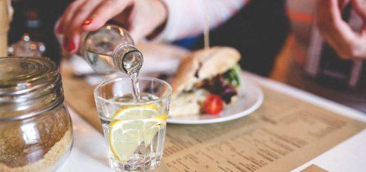 За день рекомендуется выпивать 1-1,5 литра воды