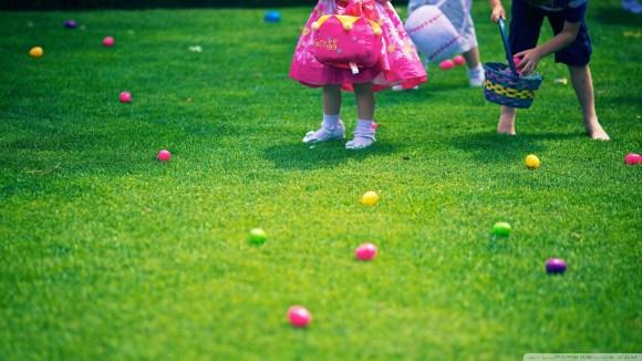 Детишки собирают Пасхальные яйца