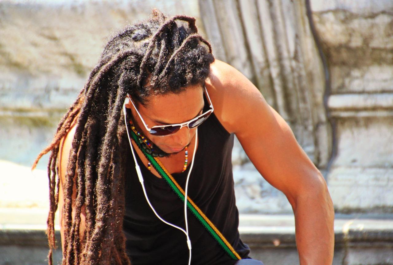 Этнические прически подходят далеко не всем типам волос, лучше не рисковать их красотой