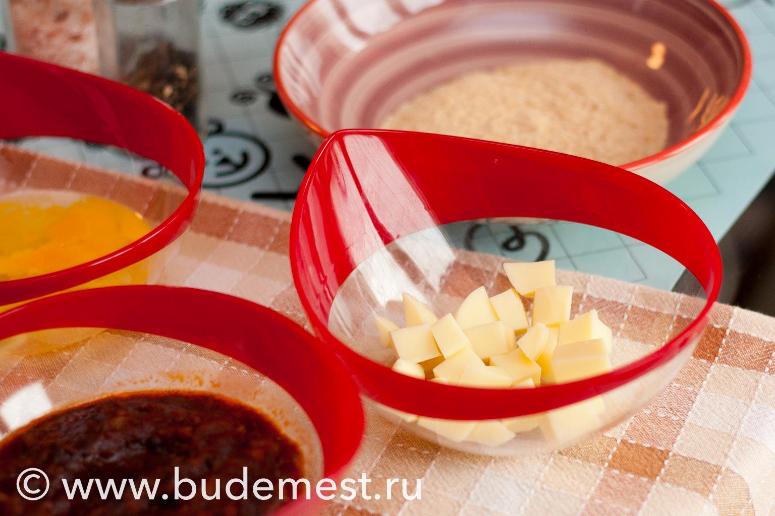 Нарежьте сыр небольшими кубиками