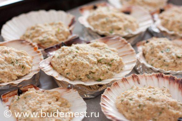 Получившейся смесью покройте мясо морских гребешков
