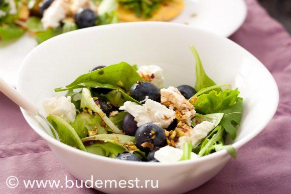 Зелены салатик с сыром, черникой орешками и соусом из меда и бальзамического уксуса