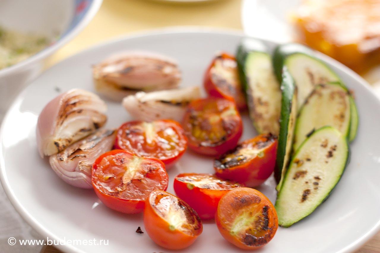 Лук, кабачки и томаты на гриле