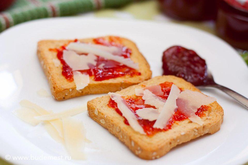 Кростини с вареньем из красного острого перца и сыром Пармиджано
