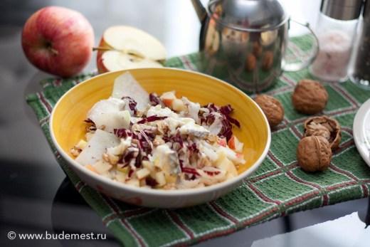 Салат из кольраби, радиккьо, яблока и грецкого ореха