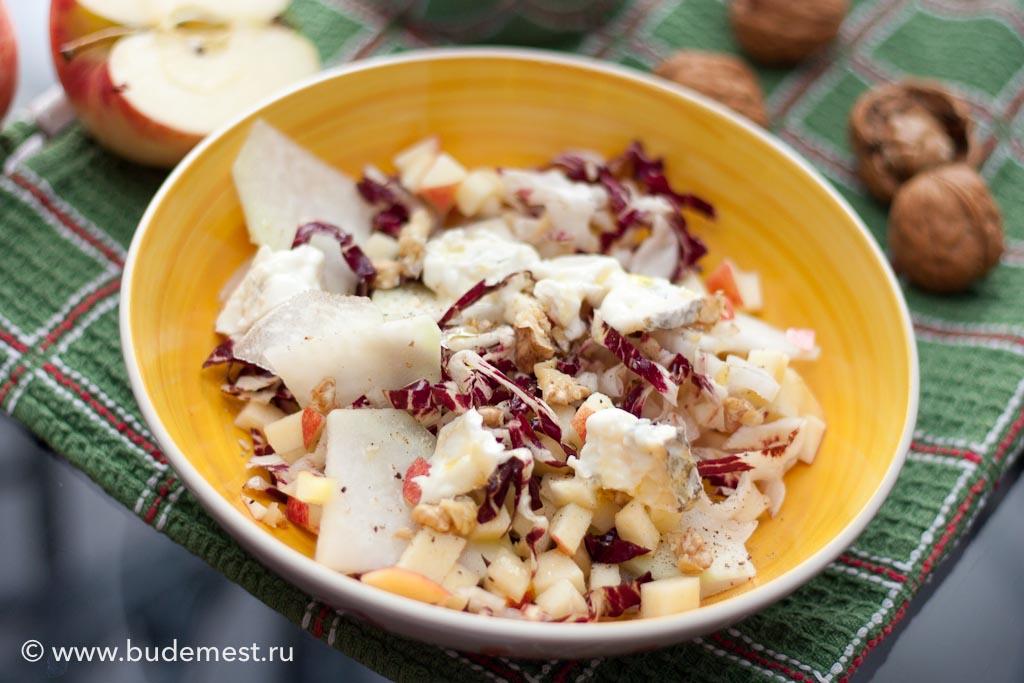 Сложите все ингредиенты в миску, добавьте маленькими кусочками сыр и орехи