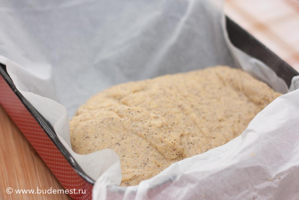 Выкладываем горячую поленту на бумагу для выпечки, уложенную в небольшой противень