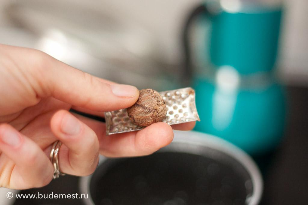 Добавьте мускатный орех и доведите до кипения