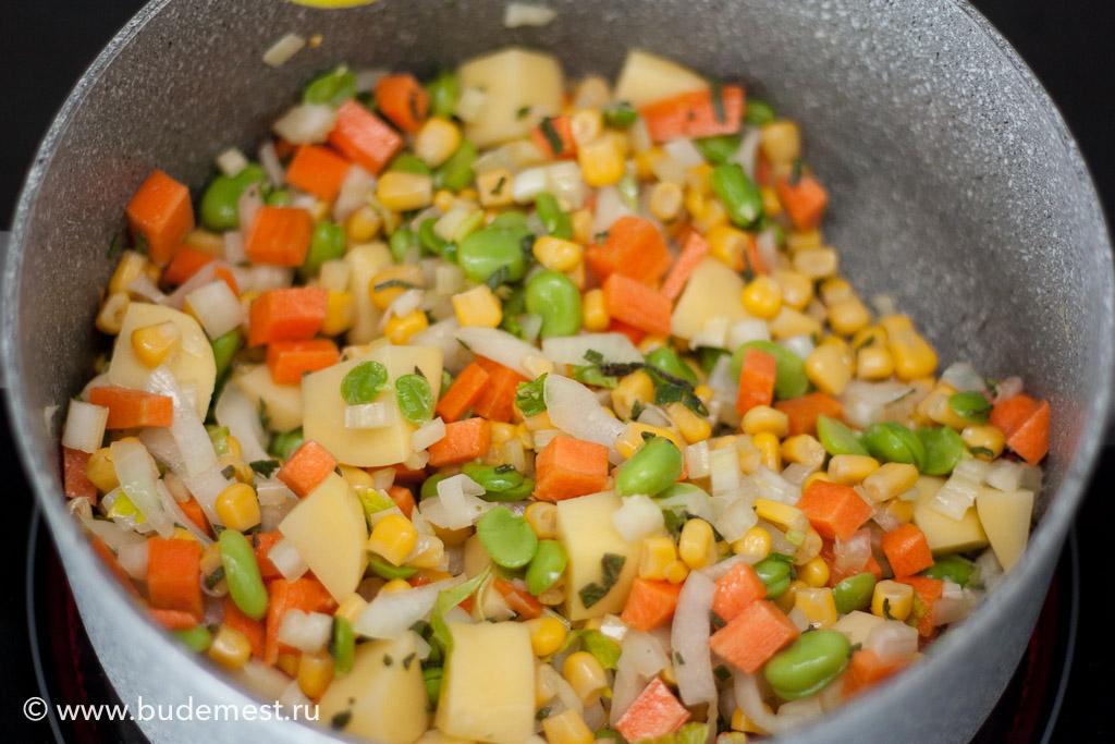 Когда лук с шалфеем поджарились добавьте все овощи и перемешайте