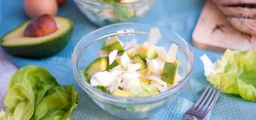 Салат латук с авокадо, яйцом и твердым сыром