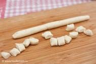 Делаем колбаски толщиной с указательный палец и разрезаем их на кусочки шириной в 1,5 см
