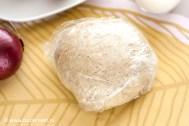 Замешиваем тесто, закатываем его в пищевую пленку и убираем на 1 час в холодильник