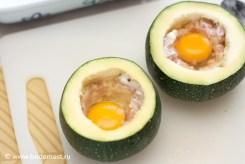 Наполняем кабачок смесью из Робиолы и вареной ветчины, разбиваем яйцо внутрь