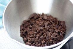 Нарезаем горький шоколад на мелкие кусочки