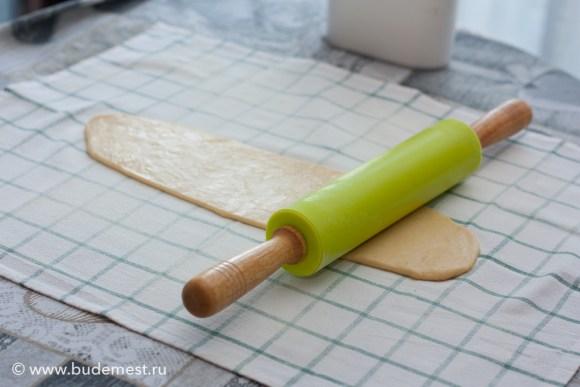 Раскатываем на полотенце тесто