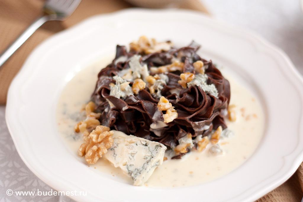 Тальятелле с какао с соусом из горгонзолы и грецкого ореха