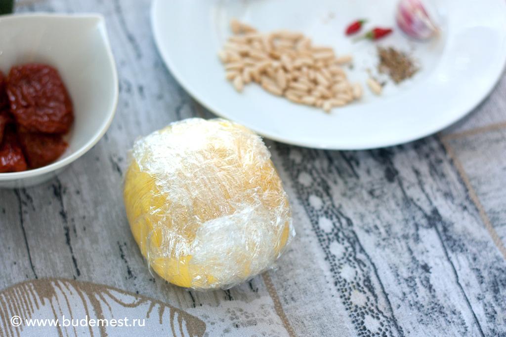 Заворачиваем тесто в пищевую пленку и оставляем отдохнуть на 30 минут