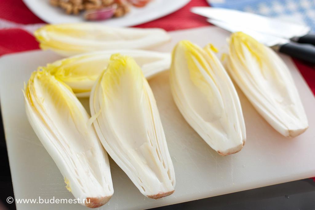 Разрезаем салатный пучок напополам и вынимаем часть сердцевины