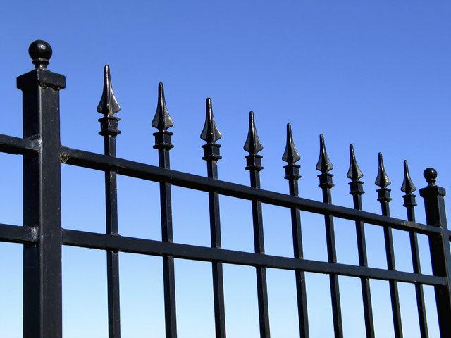 dekoral-metalowe-ogrodzenie